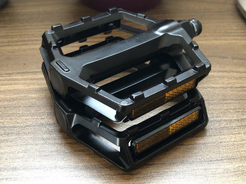 tern RIP 2020: 標準装備の黒いペダル