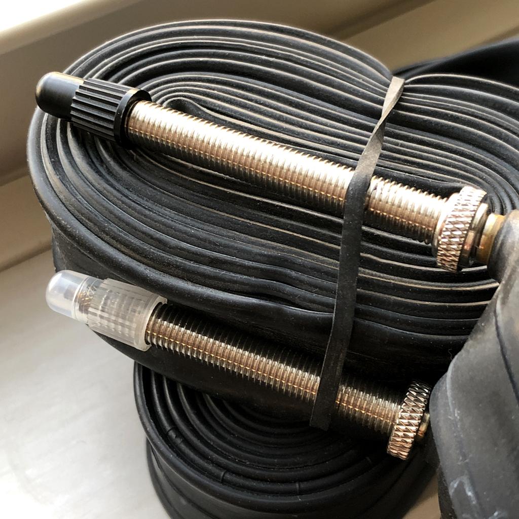 上がコンチ(60mm)で、下がパナ(48mm)のバルブを比較。長さの違いは歴然。