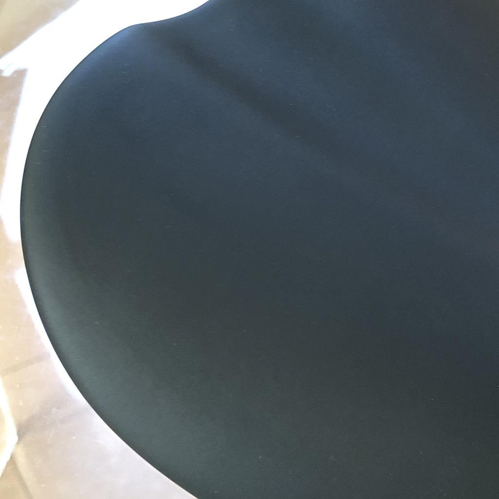 tern RIP: Scoop Elite Shallowの滑らかなマイクロファイバー素材。ほどよい摩擦力があり、腰掛けた時のグリップ感は良好。