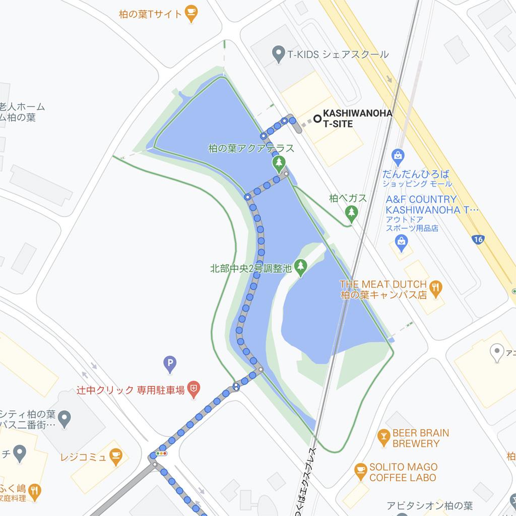 Google Maps ルート検索:徒歩ルート:アクアテラス(調整池)の遊歩道を突っ切って、反対がにある道路へと渡ります。