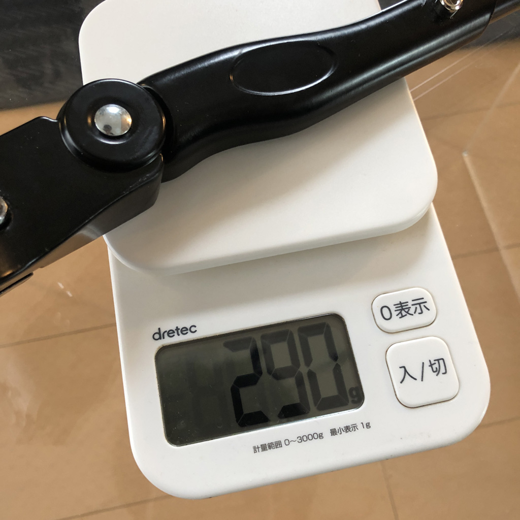 tern RIP キックスタンドの取り付け:お約束の重量計測。気になる重さは、ジャスト290g。取り付け用の六角ボルト×3本を含みます。