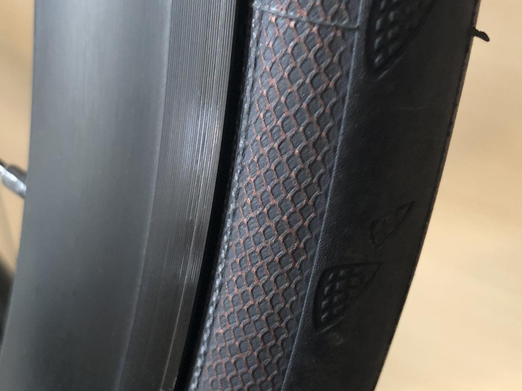 コンチネンタル GatorSkin:ポリアラミド繊維の見えるサイドウォール。確かにワニの鱗っぽい。