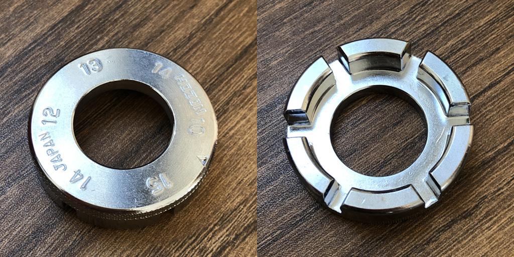ホーザンのニップルレンチは、ニップルのサイズを調べるのに便利です。金属製で直径は40mmほど。